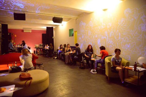 Lounge bar idealno je mjesto za dnevna i večernja druženja u moderno uređenom.
